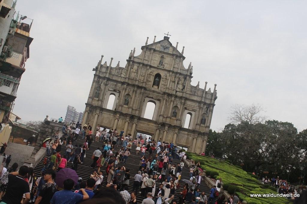 Eines der bekanntesten Wahrzeichen von Macau sind die Ruinen der Pauluskirche, besser gesagt die ehemalige Front des Gotteshauses, die als letzter Rest des historischen Gebäudes noch erhalten ist. Ein Brand im Jahr 1835 zerstörte das Gebäude, das im 17. Jahrhundert errichtet wurde, nahezu vollständig.