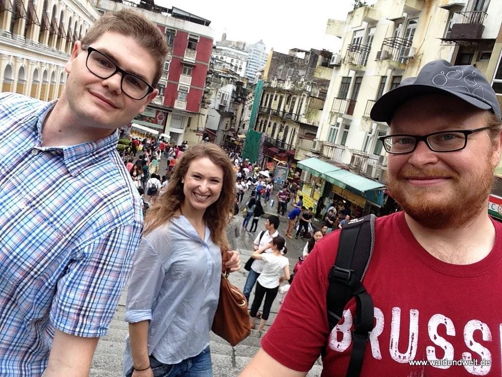 Ein Selfie - oder auch mehrere - müssen sein, wie hier mitten im Zentrum Macaus. Im Hintergrund eine typische Altstadt-Schlucht, die im Gegensatz zu Hongkong recht morbide, aber trotzdem liebenswert daherkommt.