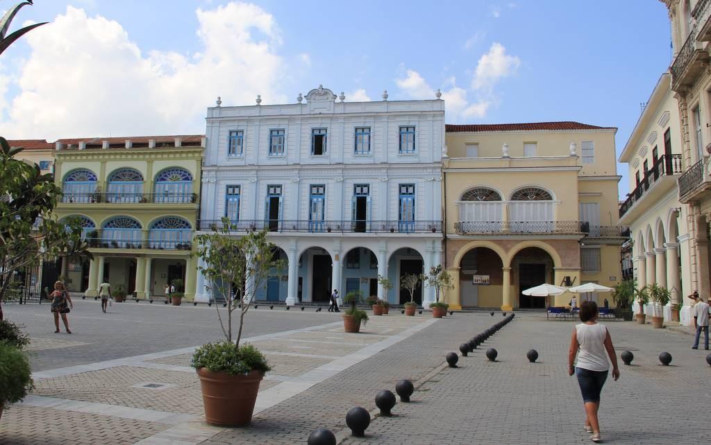 Die ausgemusterten Kugeln der Kanonen dienen in ganz Havanna als Begrenzungen von Straßen und Plätze, wie hier auf dem Plaza Vieja.