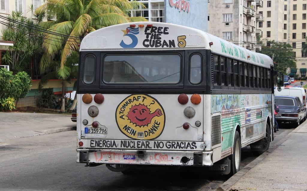 Umweltpolitische Botschaft an einem Bus in Havanna: Atomkraft? Nein, danke!