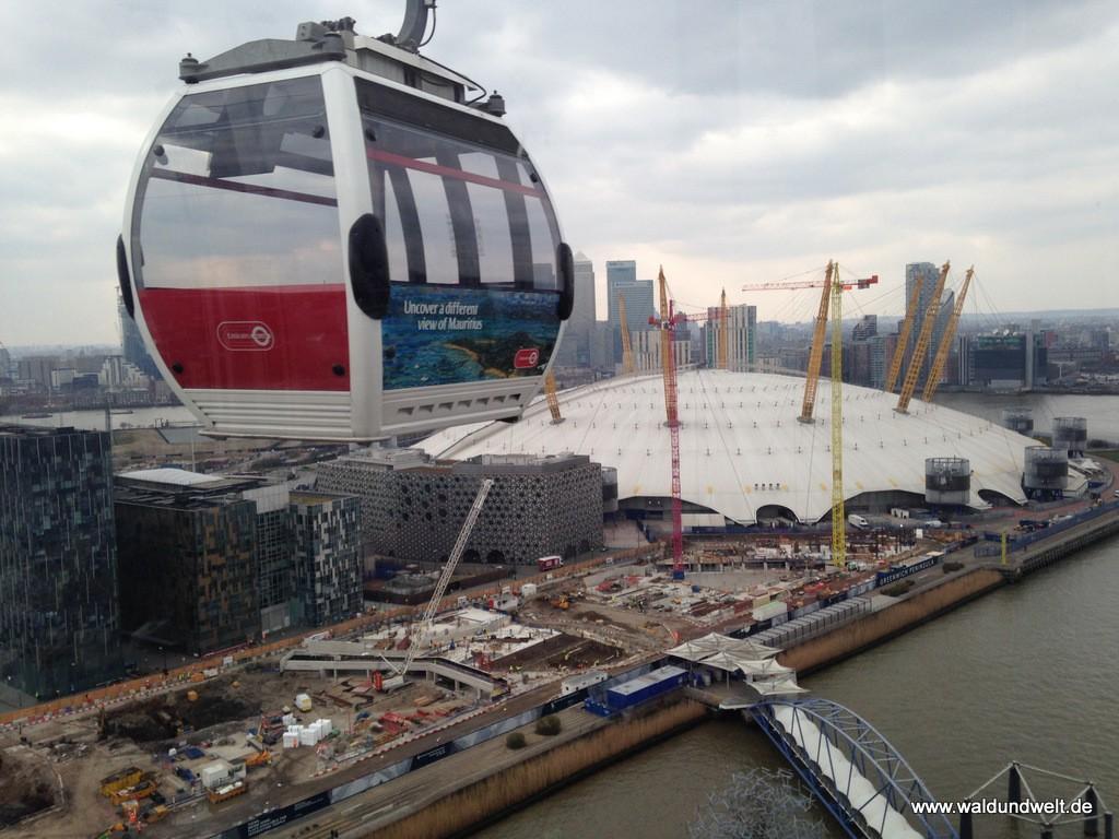 Blick aus einer der Seilbahngondeln auf The O2 und Canary Wharft.
