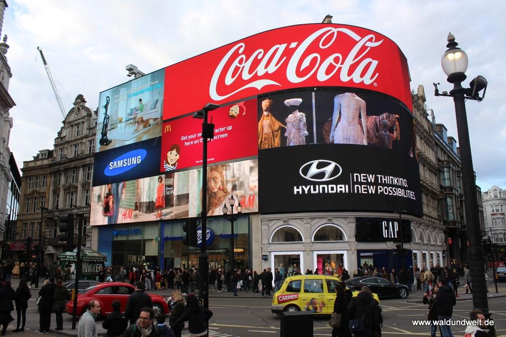 Weltbekannte Leuchttafeln mit Großformat-Werbung am Piccadilly Circus.