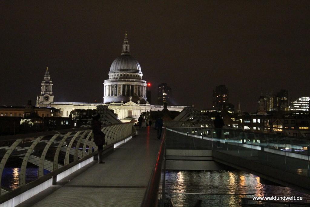 St. Paul's Cathedral mit Millenium Bridge bei Nacht.
