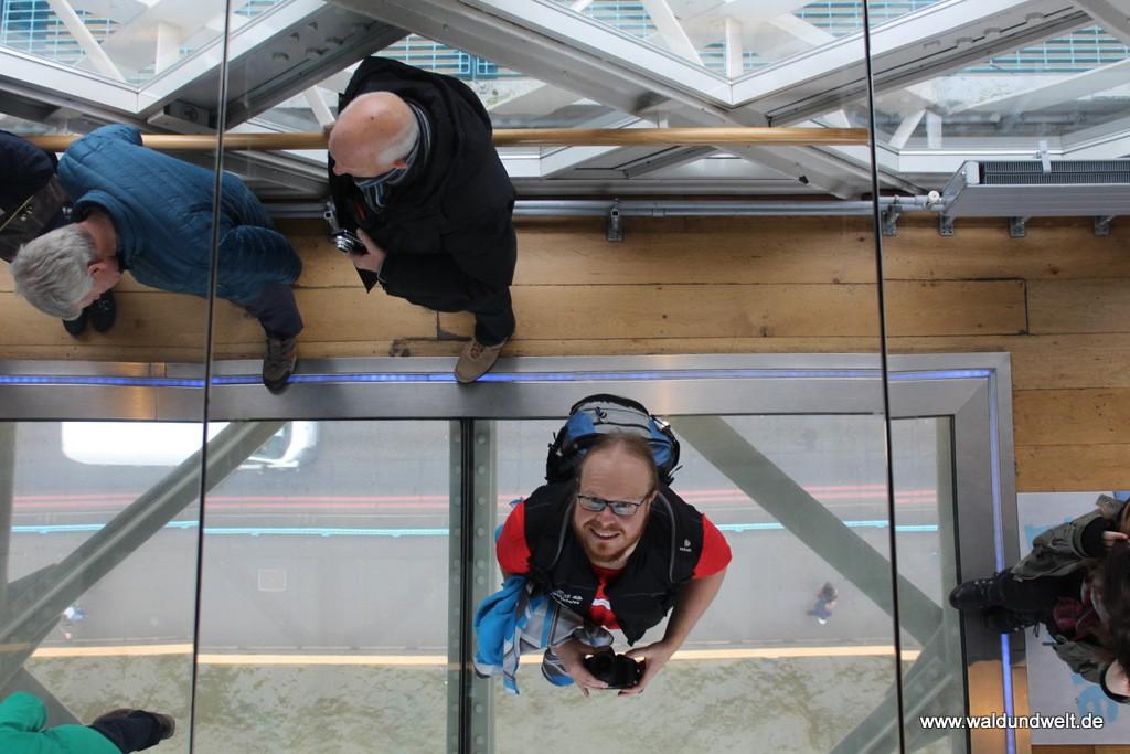 Spiegel und Glasboden sorgen in den Brücken zwischen den beiden Türmen für den Rundumblick.