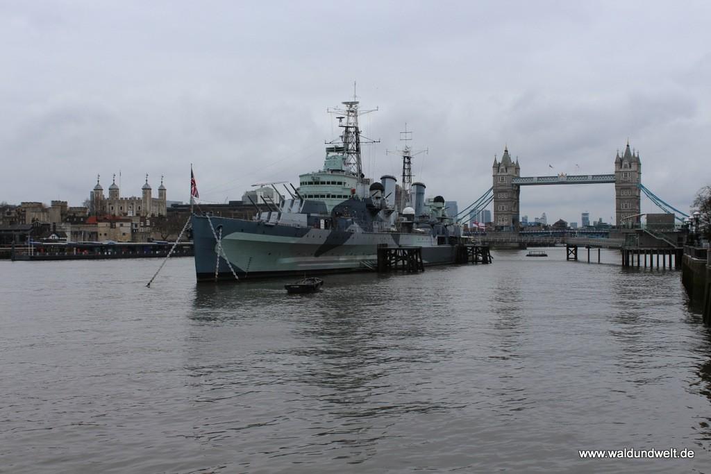 Nähert man sich der Tower Bridge auf der Südseite der Themse von Westen her, kommt man am alten Kriegsschief HMS Belfast vorbei.