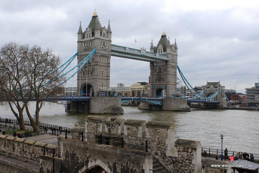 Die Tower Bridge vom Tower of London aus fotografiert.