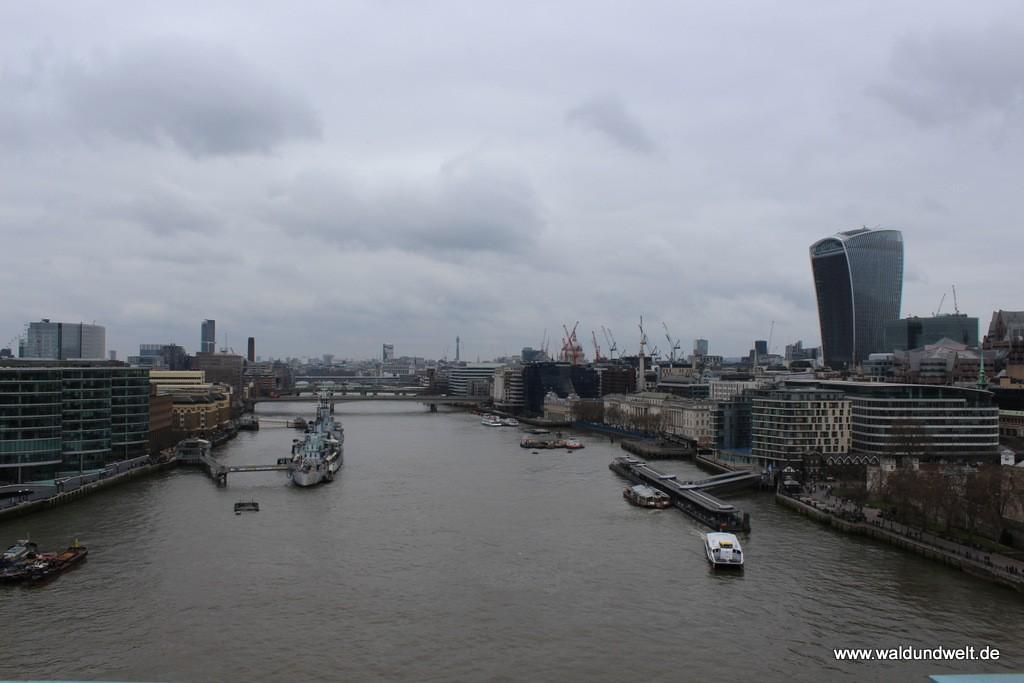 Blick von der Tower Bridge über die Themse nach Westen.