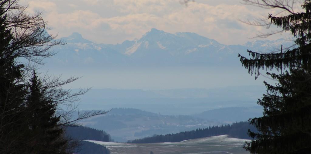 """Deswegen hat der Parkplatz """"Waldhäuser Ausblick"""" seinen Namen: Von dort gibt's oft beste Fernsicht auf die Alpenkette."""