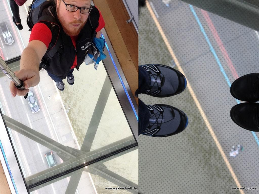 Dank Glasboden blickt man in den oberen Brücken der Tower Bridge direkt auf die Fahrbahn.