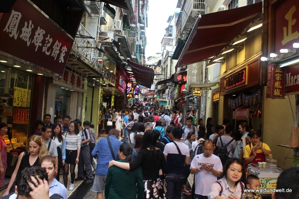 Vor allem am Wochenende geht es in Macau eng her, da dann viele Tagesausflügler aus dem chinesischen Festland und aus Hongkong zu Besuch kommen. In den Gassen versuchen die Mitarbeiter der Läden vor allem kulinarische Köstlichkeiten an den Mann zu bringen, dabei kann man allerlei Kostproben abstauben, zum Beispiel von leckeren Keksen oder getrocknetem Fleisch - alles typisch Macau!