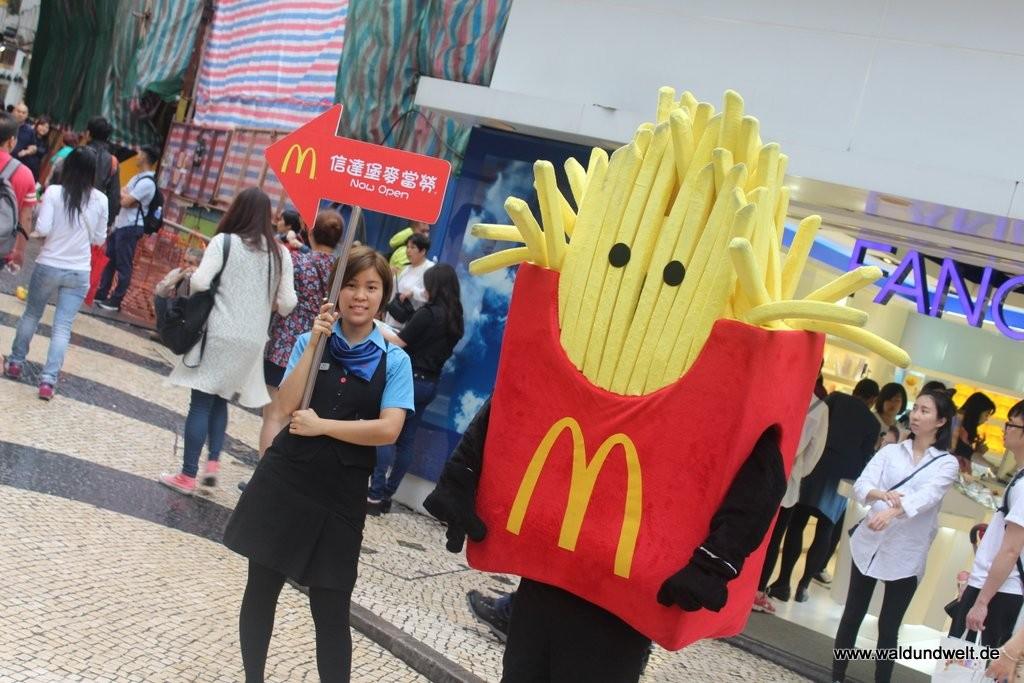 """Fällt zwar auch in die Kategorie """"Essen & Trinken"""" - mit typisch Macau hat dies aber nichts zu tun. Trotzdem: Die Art und Weise, wie in der chinesischen Sonderverwaltungszone für den amerikansichen Fast Food Giganten McDonald's geworben wird, ist zumindest ein kleines Schmunzeln wert."""