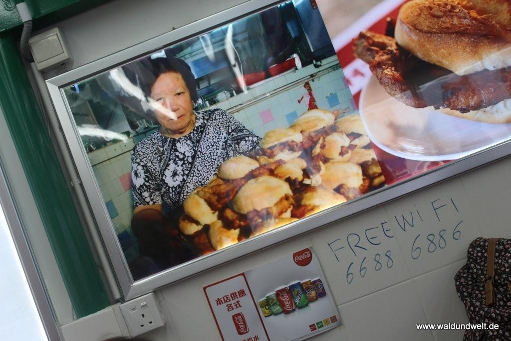 """Das hier ist hingegen wieder voll und ganz Macau pur: Ein """"pork chop bun"""" ist nichts anderes wie ein Brötchen mit gebratenem Schweinekotelett. Der Snack ist so etwas wie die bayerische Variante der Leberkäsesemmel."""