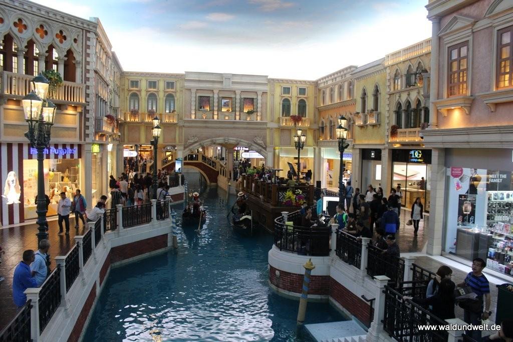 """Die andere Seite von Macau: Die Stadt gilt als das Las Vegas des Ostens. Im Gegensatz zur US-Metropole sind die Casinos hier jedoch über die ganze Stadt verteilt. Das Venetian ist eines der bekanntesten Hotels. Wie im """"Schwesterschiff"""" in Vegas sind auch hier die Kanäle von Venedig im Inneren des Gebäudes nachgebaut - inklusive Markusplatz."""
